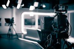 Transmissão viva do estúdio da tevê Mostra de gravação Estúdio do programa de notícias da tevê com lente e luzes de câmara de víd Imagem de Stock Royalty Free