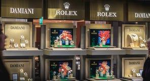 Transmissores mercantes na frente da janela de um relógio e de um je luxuosos foto de stock royalty free