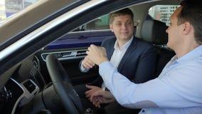 TRANSMIT-Tasten des Neuwagens, Berufsverkäuferverkaufs-Autokunde, guter Abkommengeländewagen Ausstellungsraum, Autohändler herein stock video