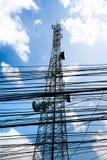 Transmita a antena e o suporte da fiação alto ao céu azul O equipamento e o cabo são sujam acima foto de stock royalty free