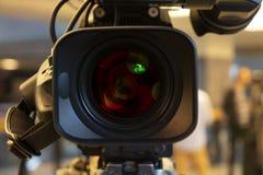 Transmita a parte traseira da câmara de vídeo da câmara de vídeo no programa televisivo do estúdio Transmissão, produtores foto de stock