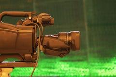 Transmita a parte traseira da câmara de vídeo da câmara de vídeo no programa televisivo do estúdio Transmissão, produtores imagens de stock