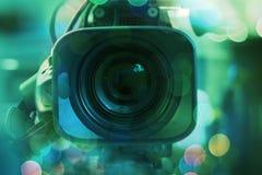 Transmita a parte traseira da câmara de vídeo da câmara de vídeo no programa televisivo do estúdio Transmissão, produtores fotos de stock royalty free