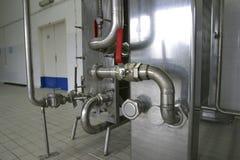 Transmite las válvulas de presión en fábrica Foto de archivo