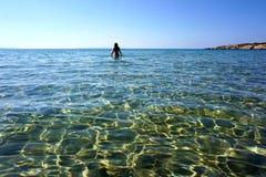 A transparência da água de turquesa da praia de Kolimbithres na ilha de Paros imagem de stock royalty free