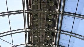 Transparant dak van een eigentijds serre of een paviljoen onder heldere blauwe hemel Voorraadlengte De structuur van het glasdak stock video
