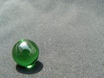Transparant en groen glasmarmer stock afbeeldingen