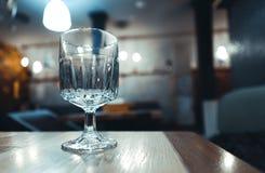 Transparant, gefacetteerd glas op de lijst in het restaurant royalty-vrije stock fotografie
