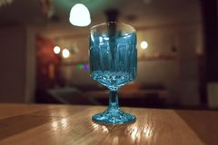 Transparant, gefacetteerd glas op de lijst in het restaurant royalty-vrije stock foto's