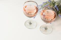 Transparant glas wijn Roze Wijn Feestelijke stemming Alcohol voor een groep vrienden Heerlijke drank Lichte achtergrond Edele dra stock afbeeldingen
