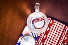Transparant glashoogtepunt van alkalisch water daarin op houten oppervlakte stock afbeelding