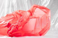 Transparant helder stuk die van goedkoop plastiek op de vloer liggen royalty-vrije stock foto