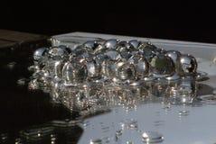 Transparant klumpa ihop sig gelly på en spegel Royaltyfri Bild