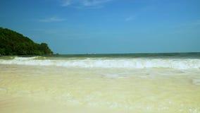 Transparant water bij de kust van het eiland in Vietnam Sandy Beach Blauwe golven op het sneeuwwitte strand Knippend inbegrepen w stock videobeelden