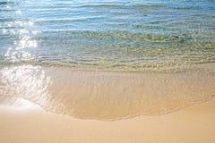 Transparant water in de beweging van de golfvorm aan strand Stock Afbeelding