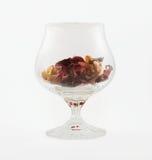 Transparant wijnglas met aromatische binnen elementen Royalty-vrije Stock Foto