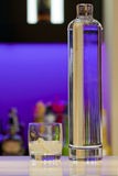 Transparant wodkafles en glas bij de staaf Royalty-vrije Stock Foto