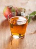Transparante appelen die in glas vallen stock foto's