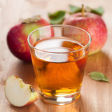 Transparante appelen die in glas vallen royalty-vrije stock foto's