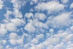 Transparante blauwe hemel met de dag van de wolkenochtend Stock Afbeelding