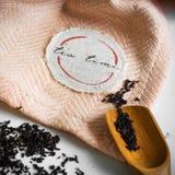 Transparante die Kop thee met aangrenzende houten lepels wordt gebrouwen Het geheel van de kaneel De Tijd van de thee De thee doo stock foto's