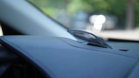 Transparante digitale projector voor bestuurder in auto stock videobeelden