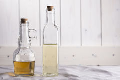 Transparante flessen met olie en azijn Stock Afbeelding