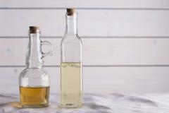 Transparante flessen met olie en azijn Royalty-vrije Stock Afbeeldingen