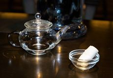 Transparante glasketel met deksel en het servetwit in BO stock fotografie