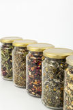 Transparante glaskruiken van verschillende kruiden Stock Afbeeldingen