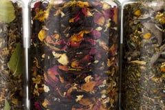 Transparante glaskruiken van verschillende kruiden Royalty-vrije Stock Afbeeldingen