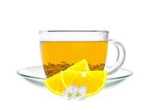 Transparante kop groene die thee en citroenplakken op wit worden geïsoleerd Stock Afbeelding