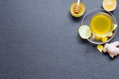 Transparante kop van groene natuurlijke thee met gember, citroen en slijpsteen Stock Foto's