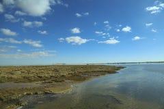 Transparante kust en blauwe hemel met wolken, Siwa, Egypte Royalty-vrije Stock Foto's