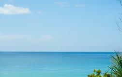 Transparante overzees in idyllische tropische mening in zonnige dag Stock Afbeelding