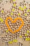Transparante parels in de vorm van een hart op een bord Stock Foto's
