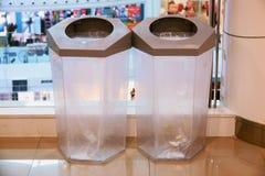 Transparante plastic bakken in winkelcomplex royalty-vrije stock afbeelding