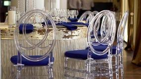 Transparante plastic stoelen voor huwelijksgasten Ontwerp in blauw stock footage