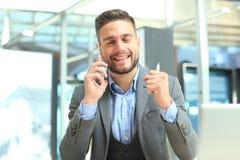 Transparante telefoons van het toekomstige concept, een Kaukasische zakenman die vraag met zijn vriend hebben royalty-vrije stock afbeeldingen