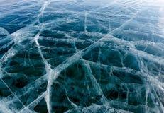 Transparent très gentil et haut, une glace épaisse de Baikal de ressort Image stock