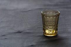 Transparent, verre cristal de couleur d'or, sur une table en bois foncée images libres de droits