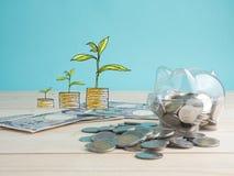 Transparent voir la tirelire remplie de pièces de monnaie sur le fond en bois Concept de couleur d'investissement d'économie Image libre de droits
