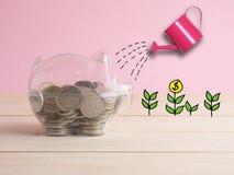 Transparent voir la tirelire remplie de pièces de monnaie sur le fond en bois Concept de couleur d'investissement d'économie Images libres de droits