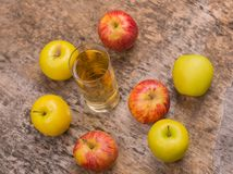 Transparente Äpfel, die in Glas fallen Stockfoto