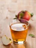 Transparente Äpfel, die in Glas fallen Lizenzfreie Stockfotografie