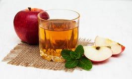 Transparente Äpfel, die in Glas fallen stockbilder