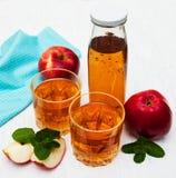 Transparente Äpfel, die in Glas fallen Lizenzfreie Stockfotos