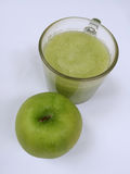 Transparente Äpfel, die in Glas fallen Lizenzfreies Stockbild