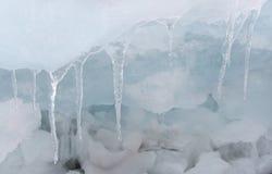 Transparente blaue Eishügel auf der Baikalsee-Ufer Sibirien-Winterunschärfehintergrund Schneebedecktes Eis des Sees stockfotos