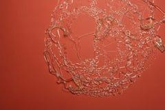 Transparente Drähte auf rotem Papier Stockbilder